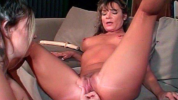Сексуальная милфа лижет пизду горячей брюнетки
