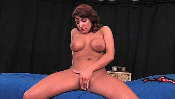 Приятная милфа ласкает бритую вагину