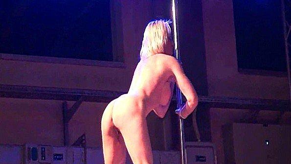 Безупречное стриптиз шоу сочной блондинки