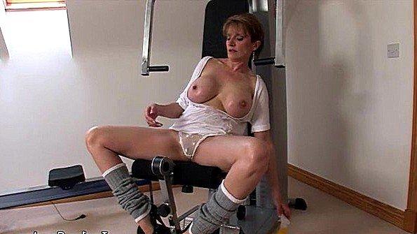 Бабушка устала заниматься в спортзале и решила немного помастурбировать