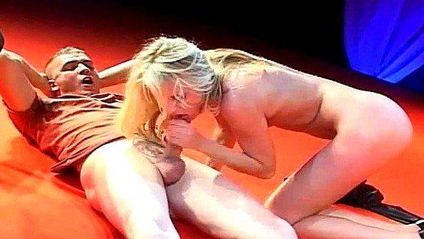 Страстная блондинка делает минет на стриптиз шоу