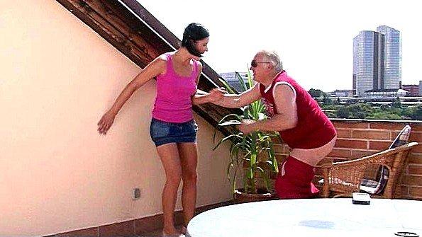 Парень поймал девушку на измене со старым отцом