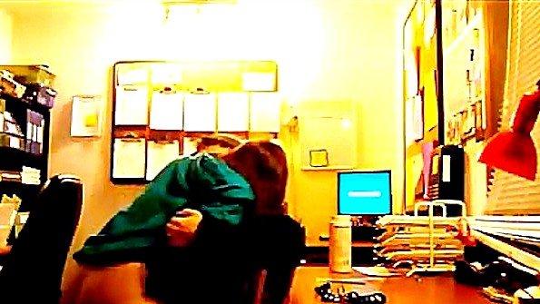 Скрытая камера засняла еблю в офисе