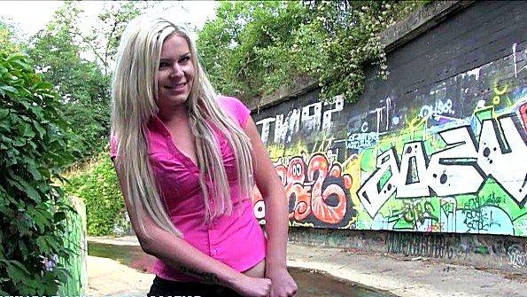 В осушенном канале блондинка трахается за бабло