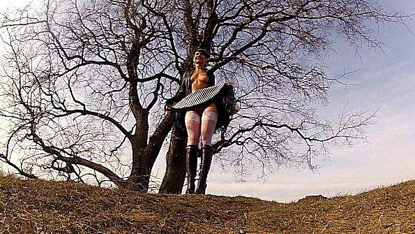 Фотосессия в белых чулках и с голыми титьками в парке