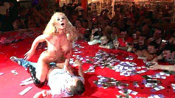 Великолепная блондинка имитирует секс на сцене