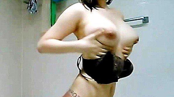 Корейская потаскуха моет свои сочные дыньки в предвкушении хорошего секса вечером
