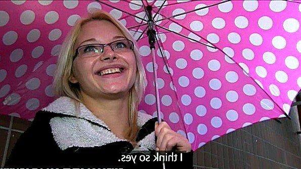 Очкастая блондина была порно звездой подъезда