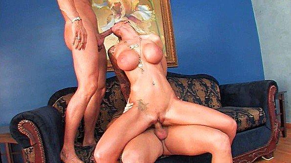 Блондинке с огромными сисяндрами нужно пару членов чтобы расслабиться