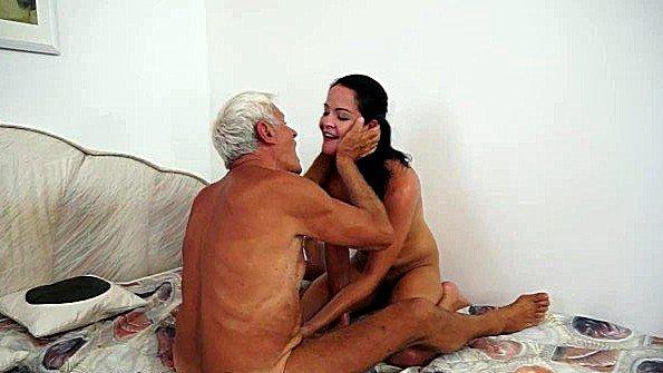После пикника внучка отдалась дедульке