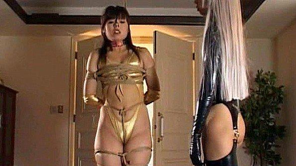 Азиатская госпожа издевается над своей связанной рабыней