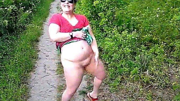 Пухлая бабулька не стесняется показывать свои сиськи и пизду на улице
