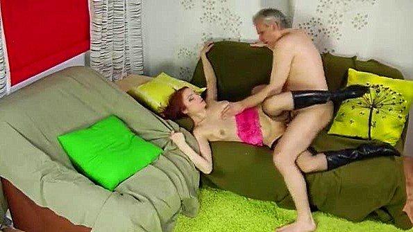 Старый чувак долбит молодую девчулю