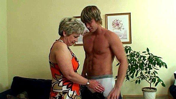 Он трахает ее бритую старую киску