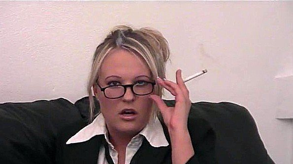 Секретарша курит и ласкает пизду