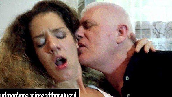 Седой дед жарит сексуальную кудрявую бестию