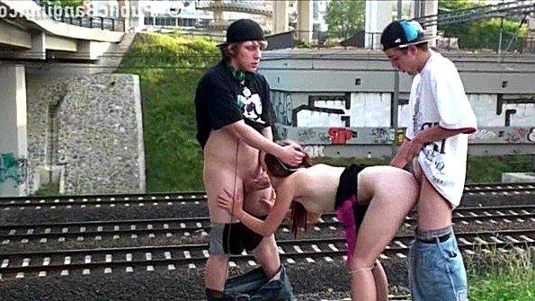 Поезда рядом не проходили пока двое пацанов жарили сучку