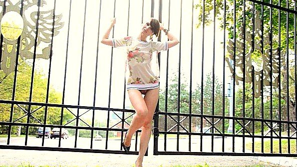 Jeny Smith гуляет по парку с голой жопой и пиздой
