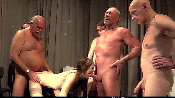 Молодая сучка оттрахана в групповушку с дедуськами