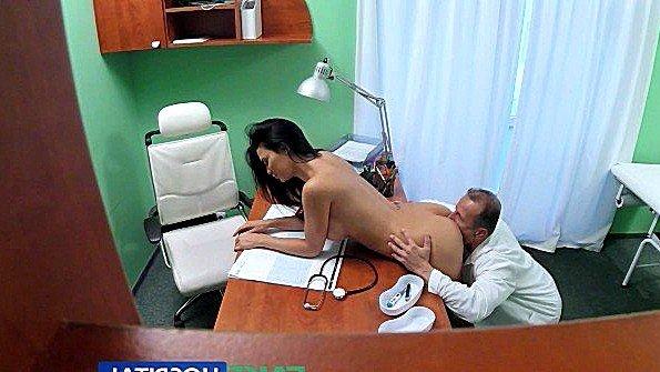 Пришла на прием к доктору любовнику и ебётся с ним на столе