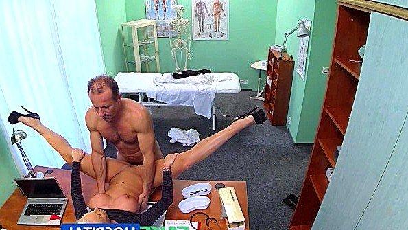 Скрытая камера засняла как доктор ебёт свою пациентку
