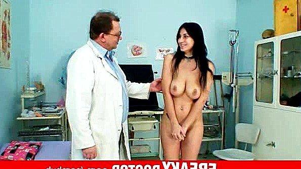 Доктор делает осмотр титькастой чешской тёлочки
