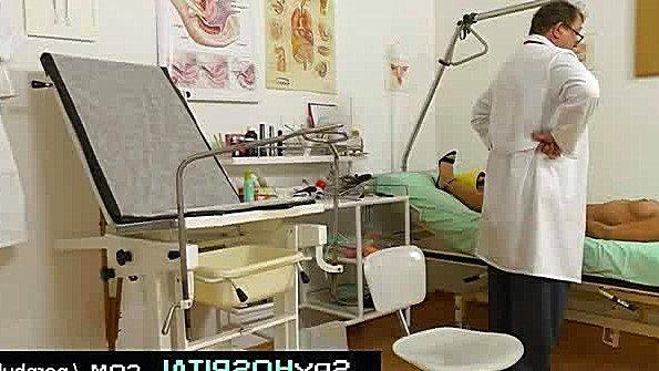 Гнусный докторишка доводит свою пациентку до оргазма пальцами