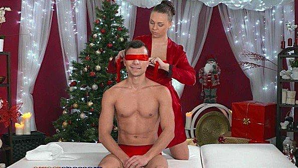 Завязала парню глаза чтобы на массажном столе подарить подарок на новый год