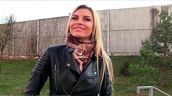 Мужик за сотку евро влупил блондинке загнув раком
