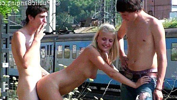 Молодые парни факают блондинку рядом с железной дорогой