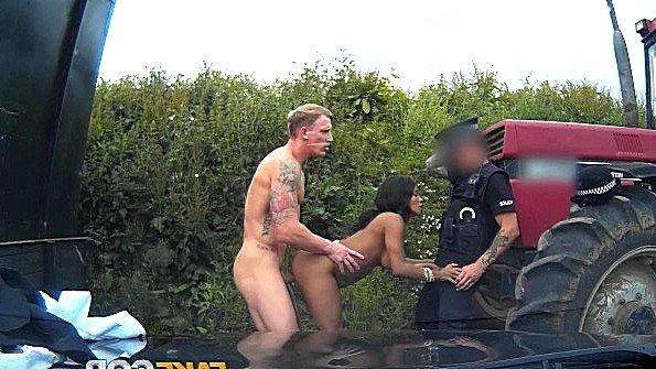 Полицейский напару с колхозником факают грудастую тёлочку