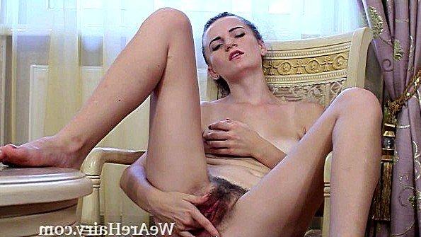 Русская подруга мастурбирует на кресле волосатую пиздень