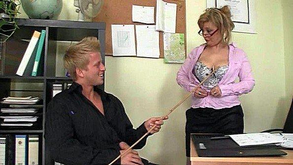Горячий офисный секс с большегрудой зрелкой
