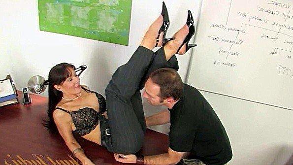 Взяла мужика на работу с условием что он будет её трахать на столе