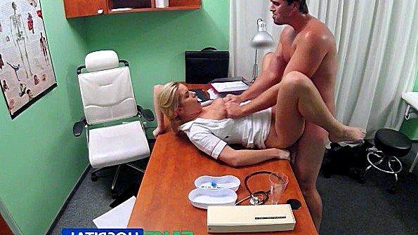 Медсестра в госпитале помогает мужику справиться с эрекцией