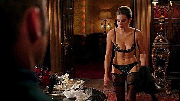 Показала своему мужику как сексуально одета и пошла ждать его в спальню