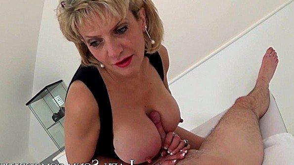 Звезда порнхаба ублажает член своими сочными дойками