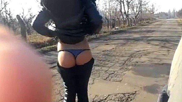 Две девушки показывают на улице сиськи и занимаются анальной мастурбацией