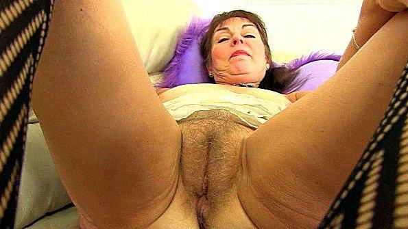 Озабоченная бабка ласкает анус и мохнатку пальчиками