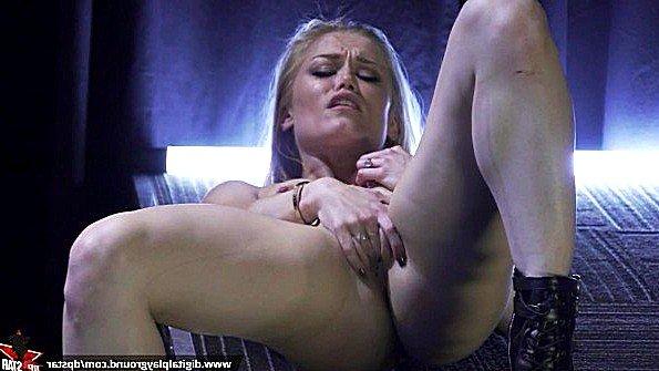 Порно звезда мастурбирует влагалище в прямом эфире