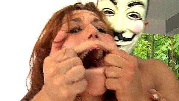 Чувак в маске жестко трахает тёлку с кляпом во рту