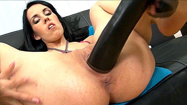 Долбит вагину нереально толстым черным самотыком