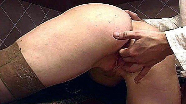 Блондинка соснула хуй и парень её выебал кулаком в пизду