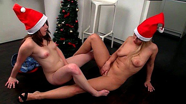 Лесбиянки в колпаках встречают новый год