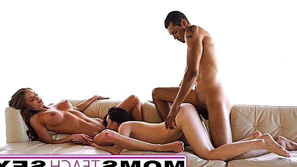 Мачеха учит приемную дочку ебаться с бойфрендом в групповухе