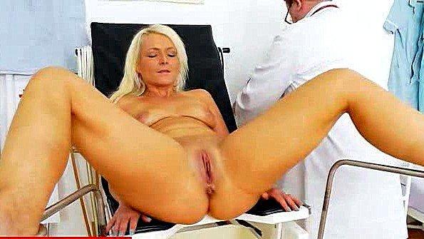 Врач гинеколог проводит осмотр пациентки
