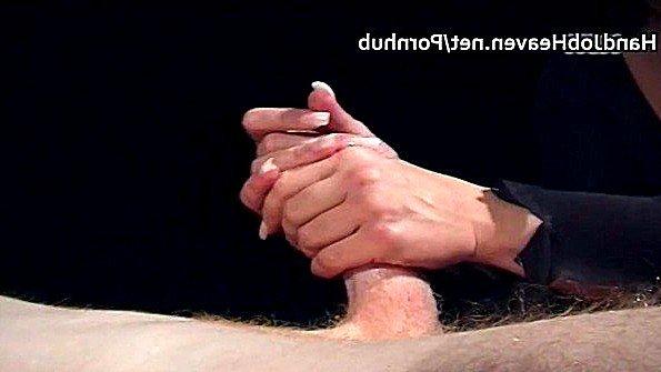 Пухленькая леди делает потрясный массаж члену с маслом