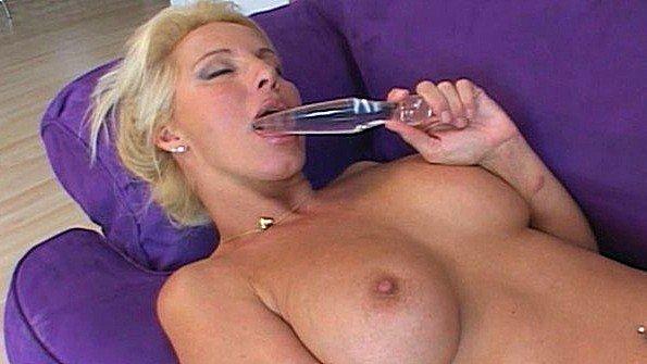 Матюрка с пышной грудью мастурбирует стеклянным дилдо