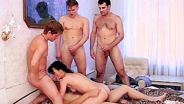 Зрелая брюнетка не по детски шалит с четырьмя хлопчиками