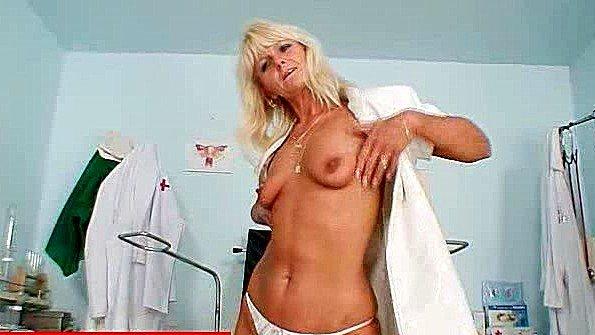 Медсестра решила помастурбировать пока перерыв на обед